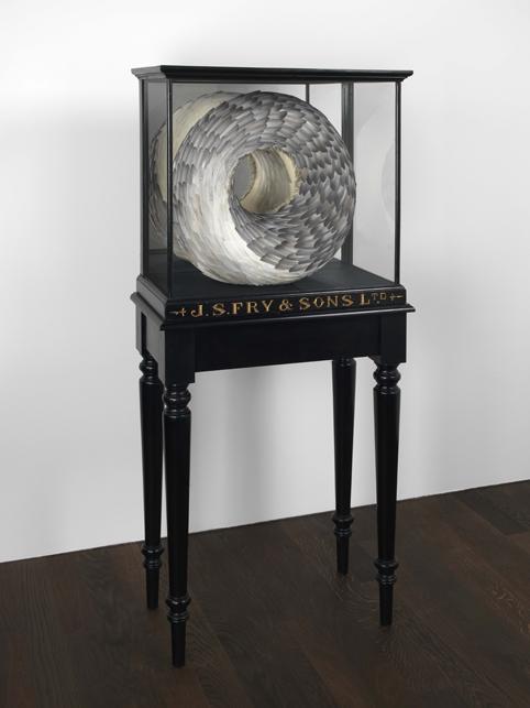 Kate MccGwire, Guile, 2011, Taubenfedern, Spiegel und Mischtechnik in Vitrine, 162 x 72 x 39,5 cm