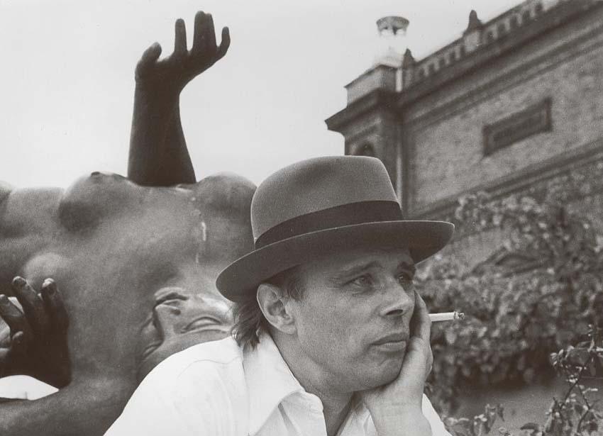 Angelika Platen, Meister mit Maillol (Joseph Beuys), 1968, Handabzug Silbergelatine auf Barytpapier, Rahmen: Passepartout 40 x 55 cm