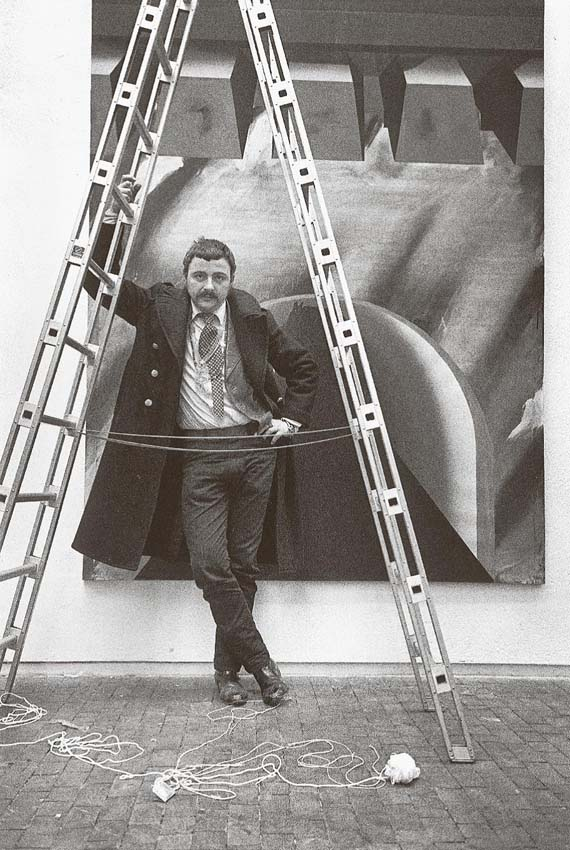 Angelika Platen, Erfolgsleiter (Markus Lüpertz), 1970, Handabzug Silbergelatine auf Barytpapier, Rahmen: Passepartout 55 x 40 cm