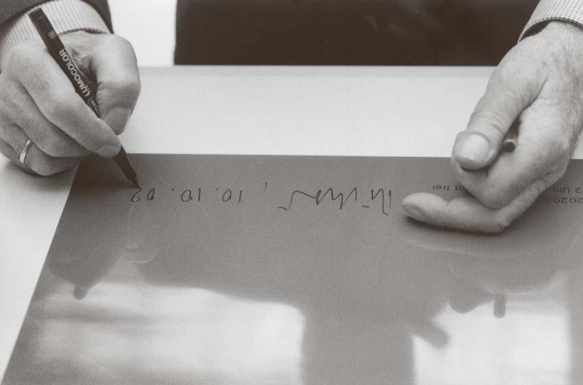 Angelika Platen, ... beglaubigt sein Werk (Gerhard Richter), 2002, Handabzug Silbergelatine auf Barytpapier, Rahmen: Passepartout 42 x 52 cm