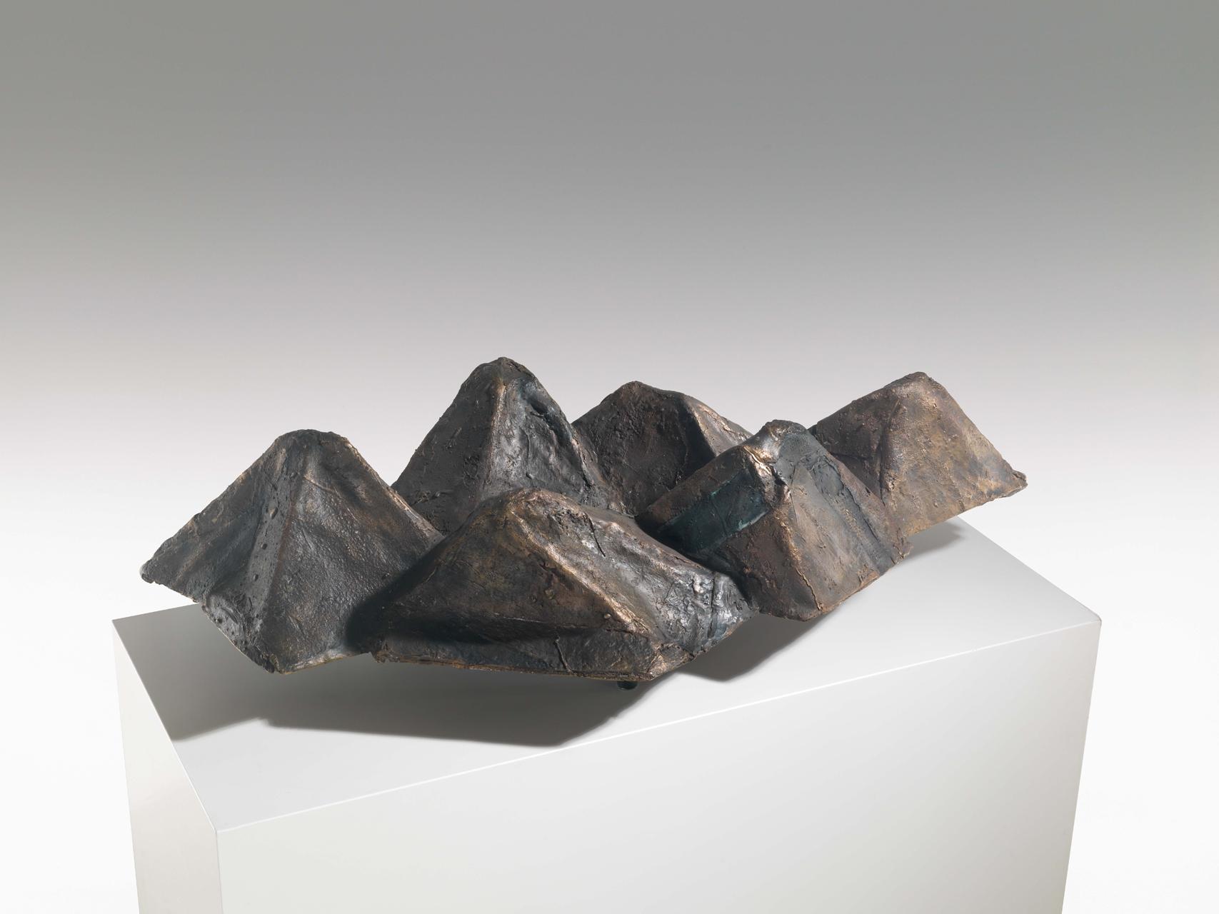 Emil Cimiotti, Berge, 1998, Bronze, gussrauh, 26 x 95 x 52 cm