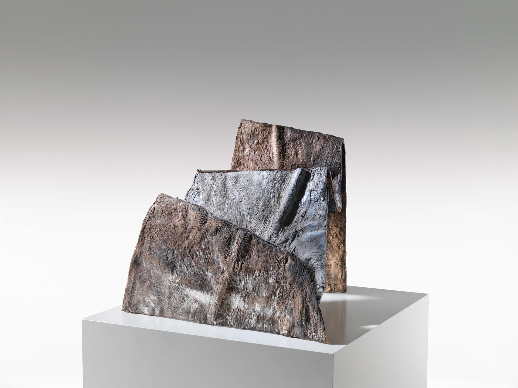 Emil Cimiotti, Stufen, 1998, Bronze, gussrauh, bemalt, 44 x 50 x 42 cm