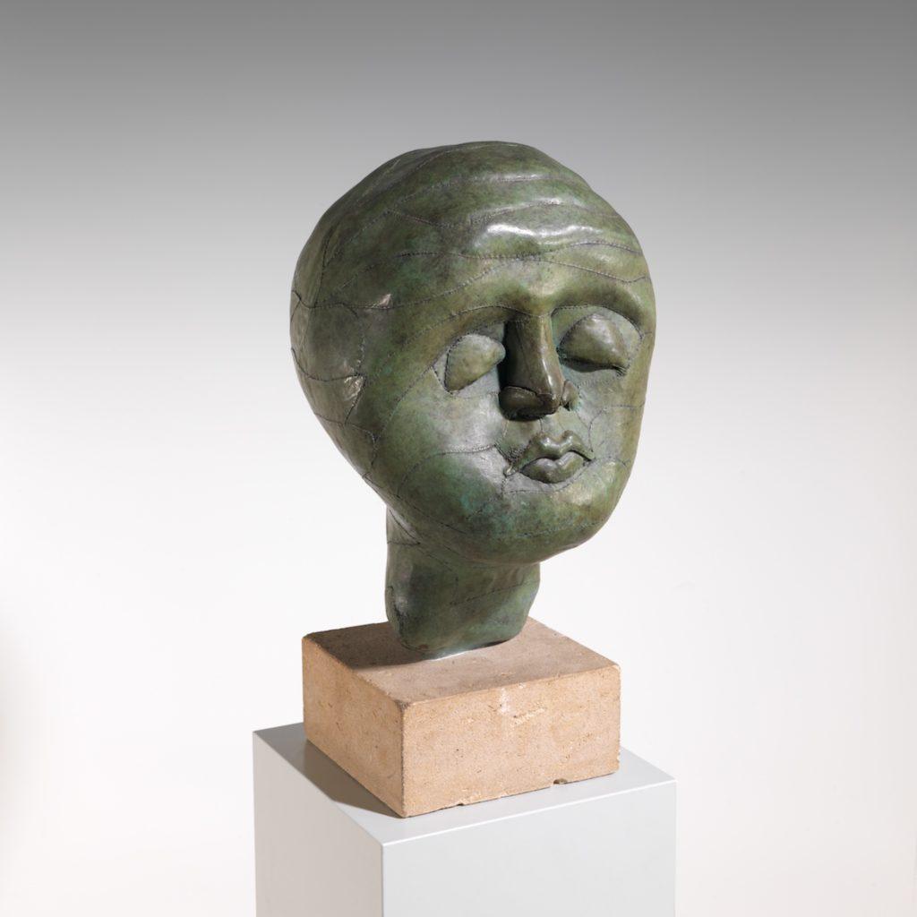 Eva Aeppli Krebs - Messidor, 1980-1998 Bronze mit grüner Patina, rückseitig unten signiert, betitelt und nummeriert ,EA 2/4' 39,5 x 24 x 20 cm, mit Sockel: 48,5 x 25 x 26 cm